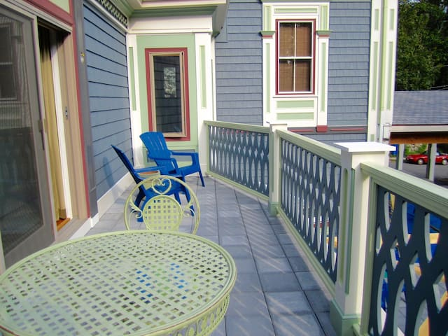 Near BC- Queen Rm with Private balcony and bathroom