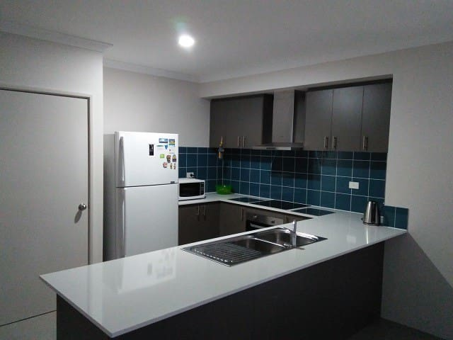 Near TRAIN New House  Room 1 - Maddington - Huis