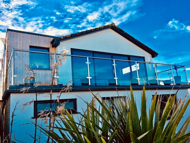 Baywatch Widemouth Bay - Detached house and private garden with a sizeable sea view balcony