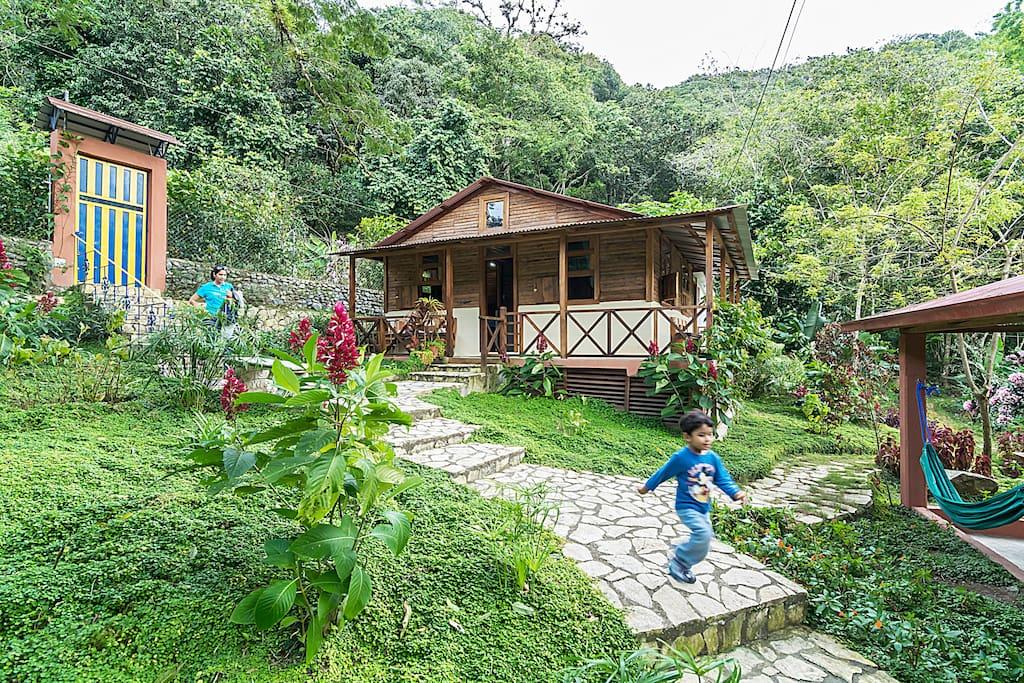 Casa Campesina de Villa Clara frente al río y rodeada de montañas, calificada de 5 mil estrellas...en el cielo.