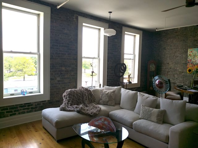 Old City Charmer with loft, very walkable