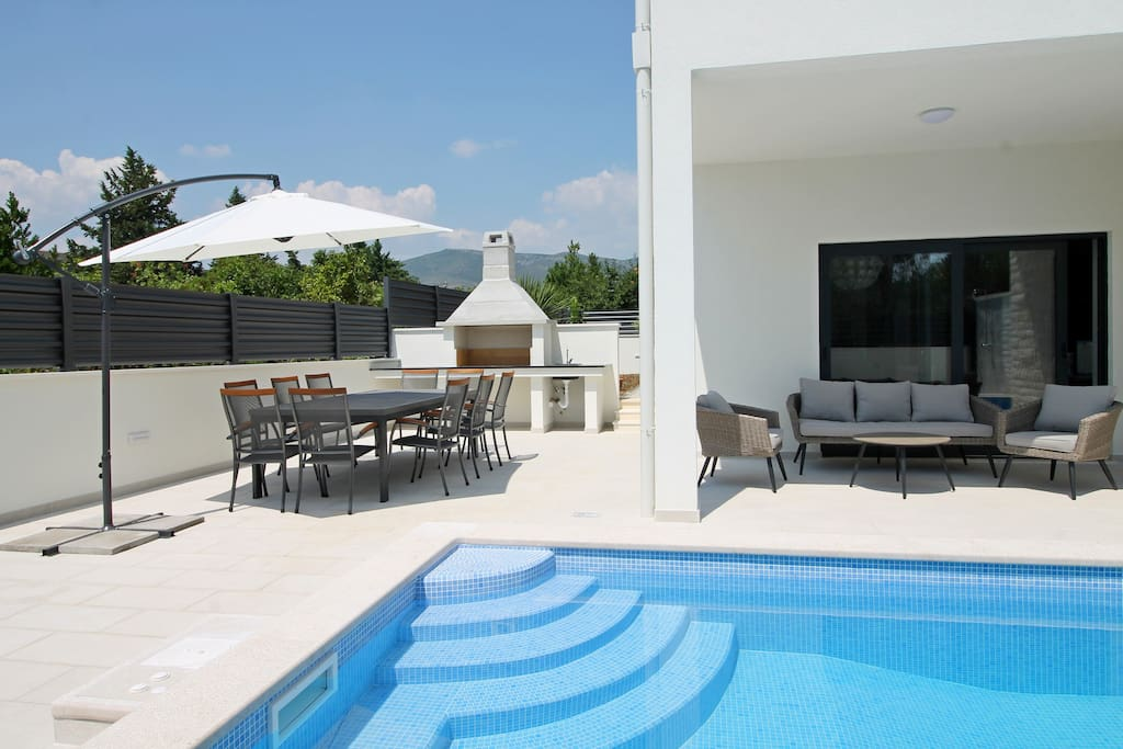 Covered outdoor dining area, BBQ, sun deck area with 6 deck chairs