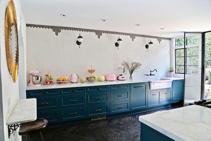 Hollywood Vibe Mansion Hills - Dream Blue Bedroom