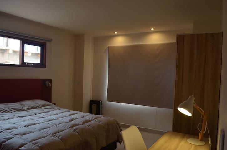 Vista general del dormitorio. Cortinas blackout 100% y calefacción por estufa de tiro balanceado.