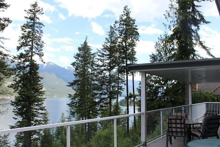 House with beautiful lake/mountain views in Kaslo