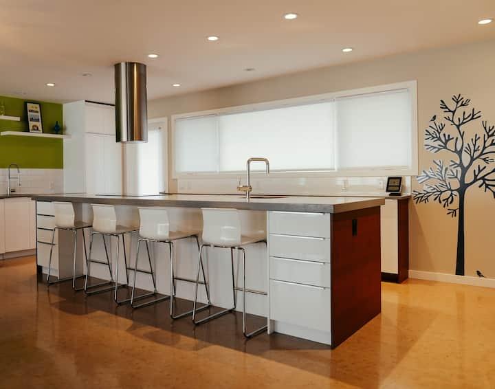 3 Bedroom Home W Custom Built Kitchen - Inner City
