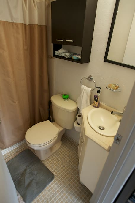 Clean bathroom equipped and ammenities