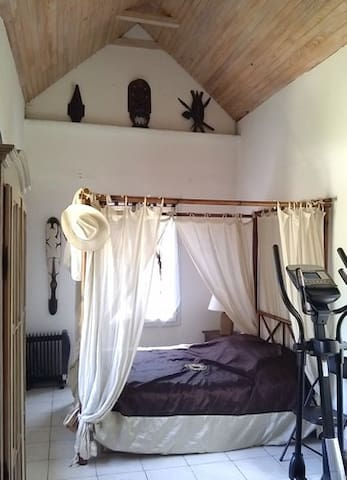 Nice room with fireplace in peacful property - Nesles-la-Vallée - Villa