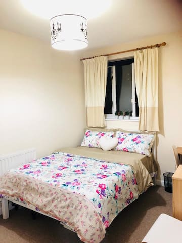 Lovely Double Room close to Underground Station