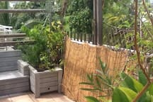 Terrasse, vue partielle des deux bancs, 4 places assises