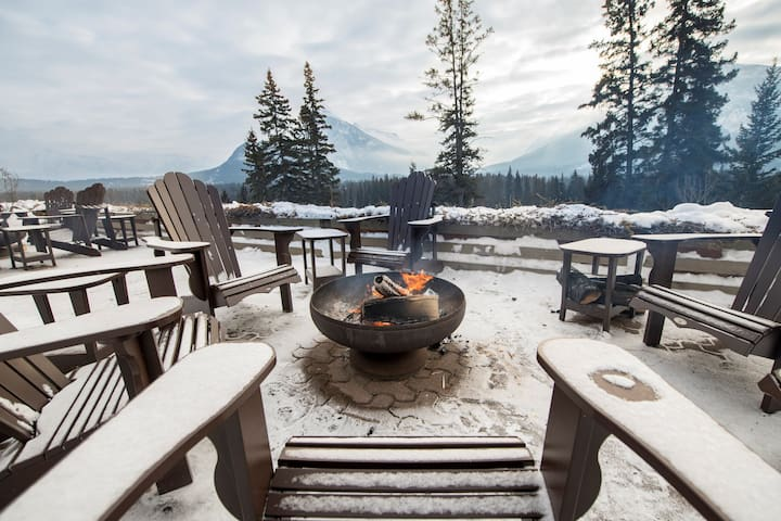 Cozy Living Space Near Banff and Norquay Mountain with Shared Hot Tub Access