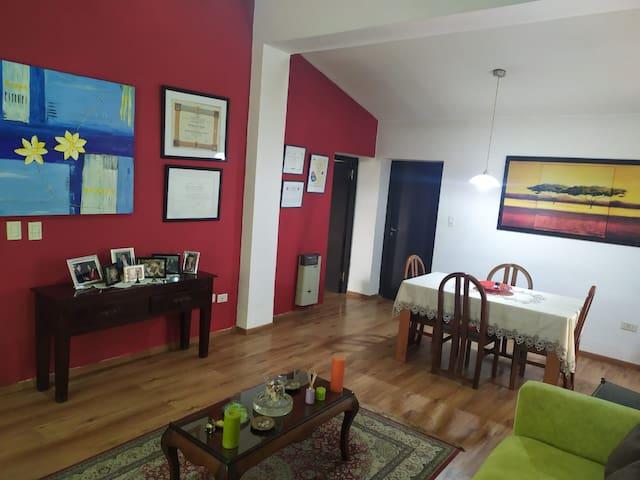 Habitación privada con baño en suite, amplia sala.