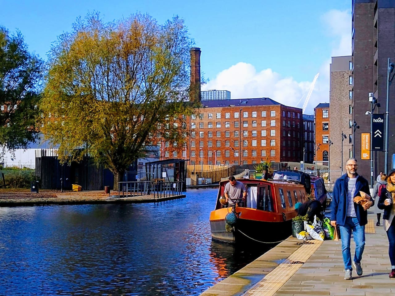 Islington Marina/Ancoats are 10 minutes walk away. You will find here the best bread in town at Pollen bakery, it's a fantastic place to have a gourmet breakfast. Several restaurants and bars are also located here.