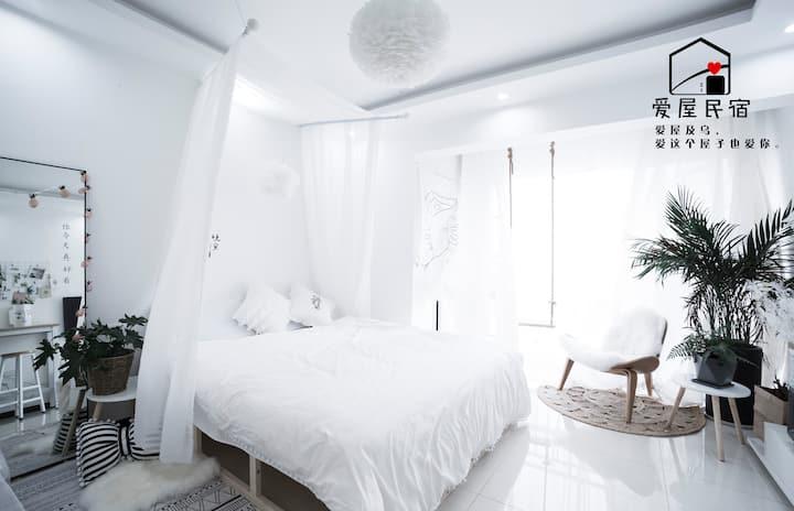 【云端之梦】 花果园/超大床空调房/交通方便/婚纱/美光灯可住可拍照白色小屋