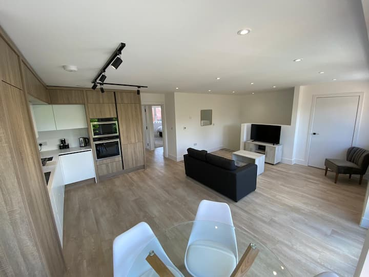 Stylish 2 Bedroom Flat with Free Parking