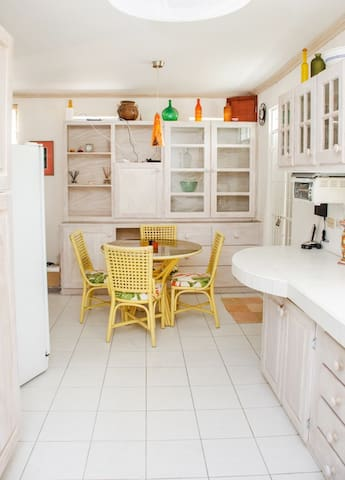 Beautiful 1 bedroom & just across from the beach - Fitts Village