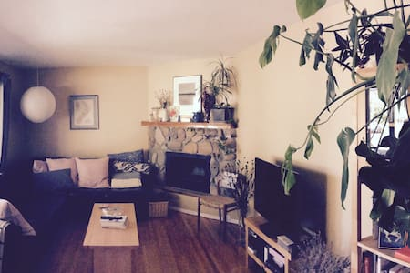Room near river and trails - Prince George - House