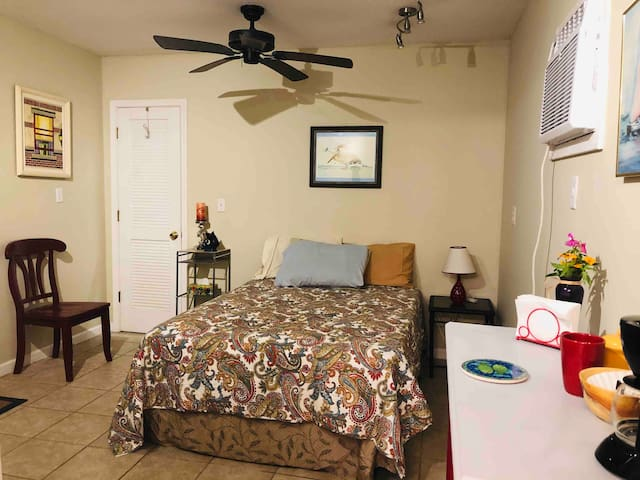 Springhill ! Private guesthouse w/ covered patio!