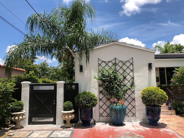 NEW STUDIO COTTAGE WITH HOT SPA  MIAMI CENTER