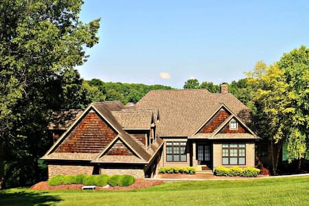 Five Bedroom Lakefront Luxury - Winchester - House