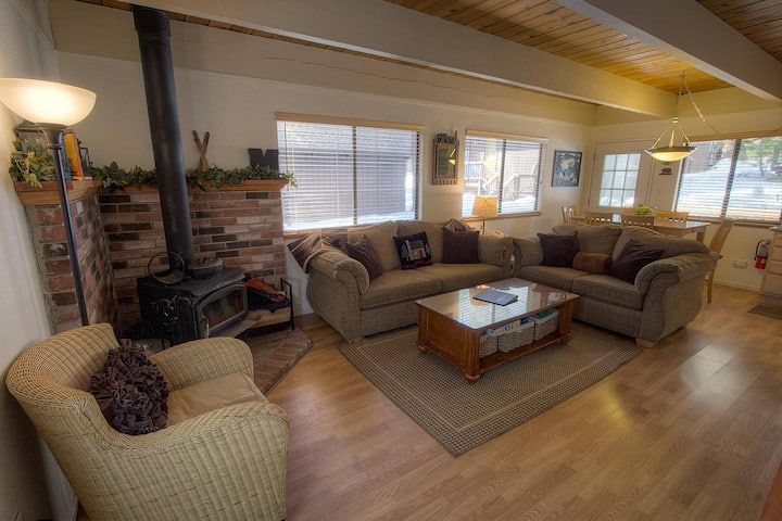 Luxury Incline Cabin, w/Hardwood & Granite, BBQ, Fireplace by Skiing (IVH0622)