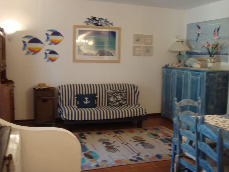 Living room with sofa bed Soggiorno con divano letto