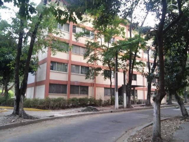 Habitación disponible inmediata a UES
