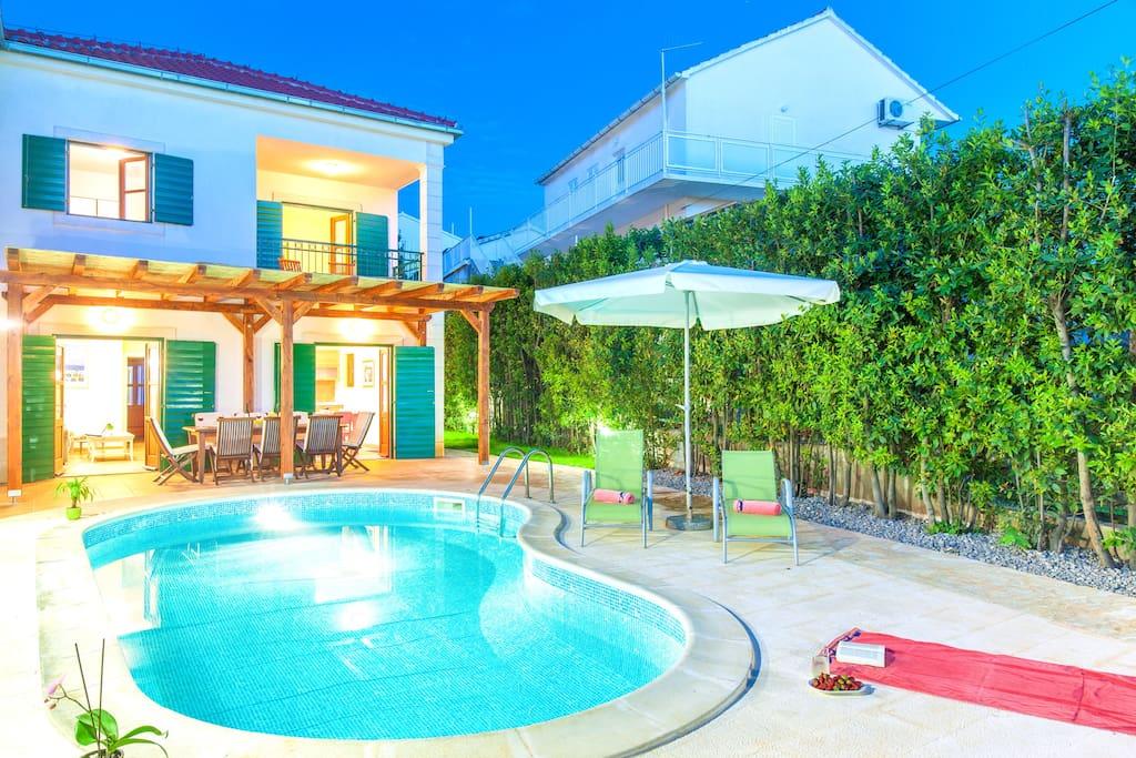 Villa moderna con piscina 50 m dalla spiaggia ville in for Villa singola moderna