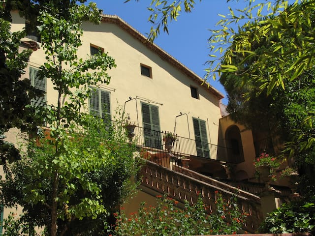 Maison de style colonial 4500 m2. Piscine privée.