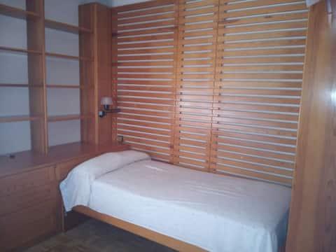 Cómoda y espaciosa habitación con WIFI.