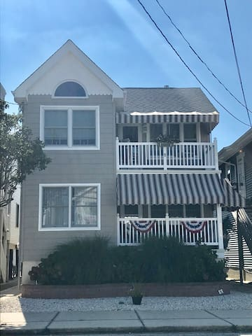 ⛱1.5 Blocks to the Beach! Charming 2nd Floor Condo