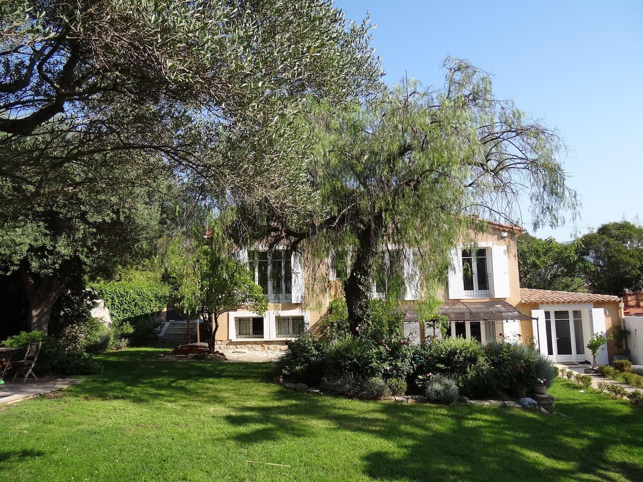 Maison vue du jardin / House from the garden