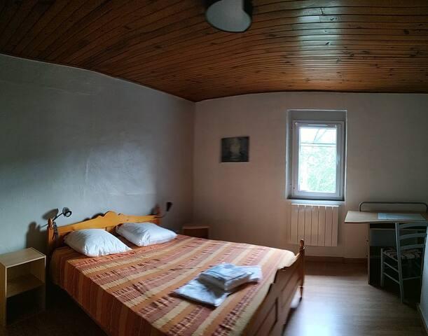 Chambre spacieuse avec store occultant et moustiquaire