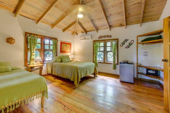 Room at Posada Arcoiris West End( Fans)