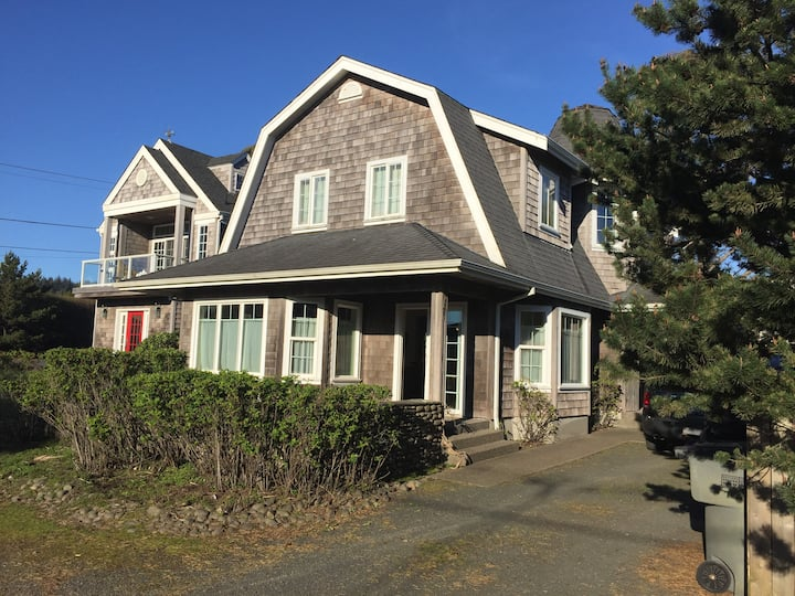 Large Cannon Beach home, 200 feet to beach. 4 BR