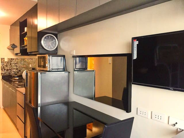 Comfy Modern New Furniture/Appliances Berkeley QC - Quezon City - Daire