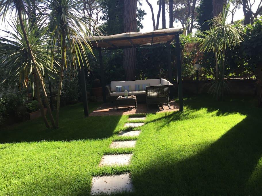 Fregene casa con giardino immersa nel verde appartamenti - Casa con giardino milano ...