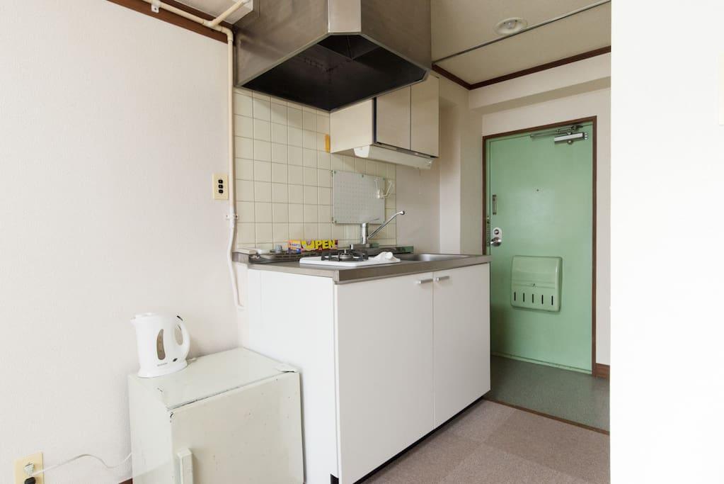 キッチンにはガスコンロがあり、手前にあるのが冷蔵庫です。