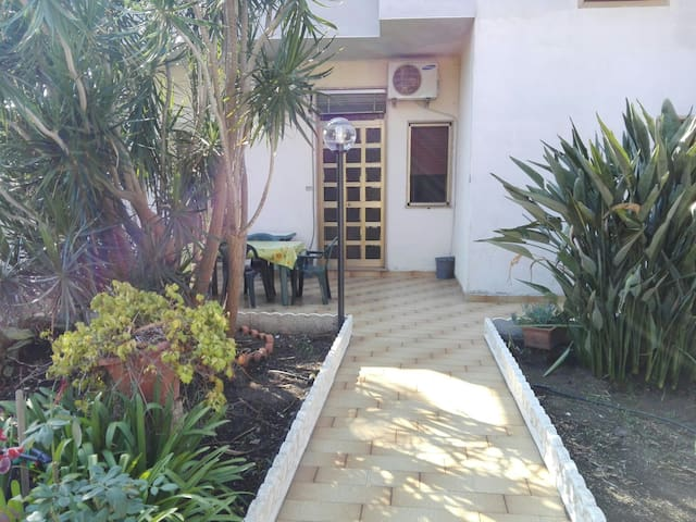 •Cozy Beachfront Manor ~ with courtyard & garden•