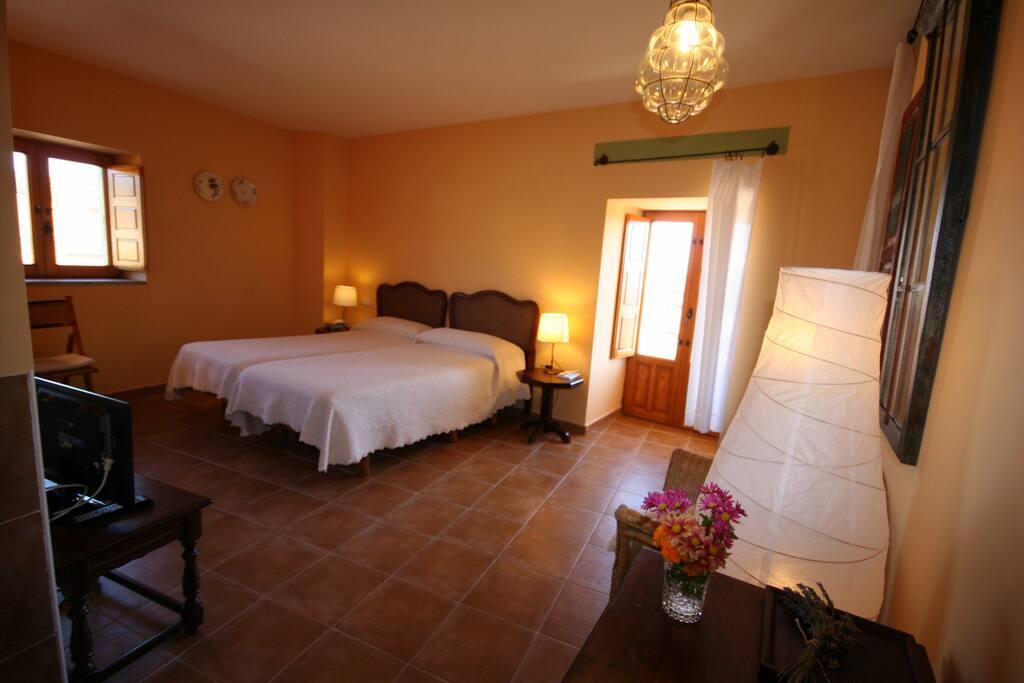 habitación 4, con balcón y vistas a la localidad de Almeida