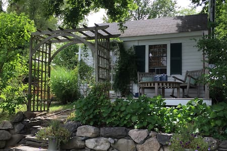 Backyard Rhode Island Cottage - Portsmouth - Hytte