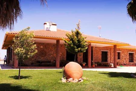 Chalet de Lujo en Dehesa de Extremadura Olivenza - Olivenza - Bungalo