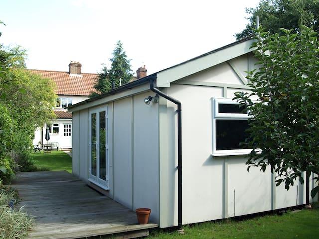 Chalet Style Studio in Sunny Garden - Twickenham