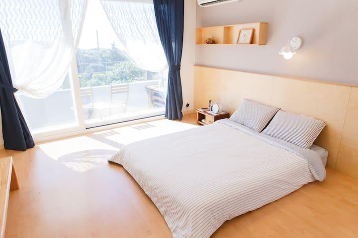 프레리아 sweet room(깔끔하고 조용한 커플룸)  애월 중산간 마을의 원룸형 숙소