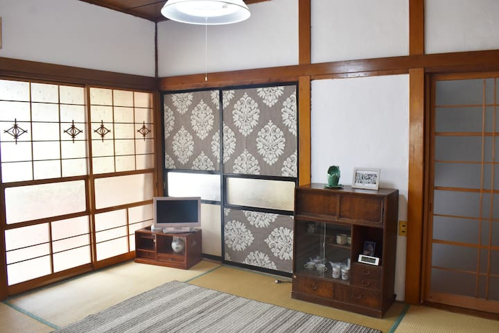 Only women:Traditional Japanese house with cats