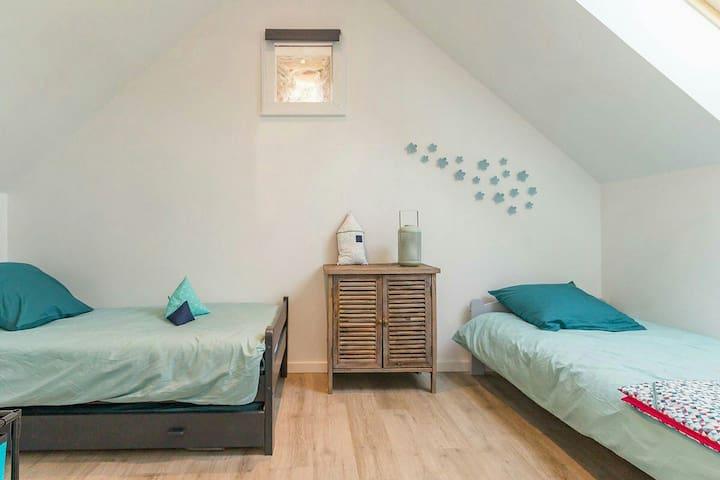 Chambre 2 avec 3 lits 90x190 dont un lit gigogne.