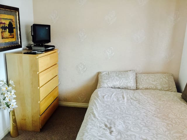 A lovely modern double bedroom - Wolverhampton