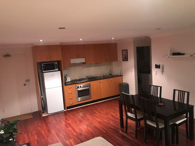 1 Bedroom Apartment 5 minute walk to Coogee Beach