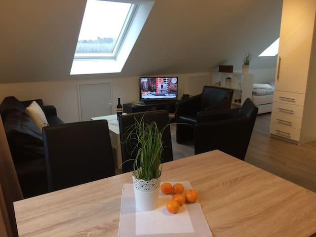 Wohnzimmer mit Sat-TV und überall  ein stabiles und flottes W-LAN