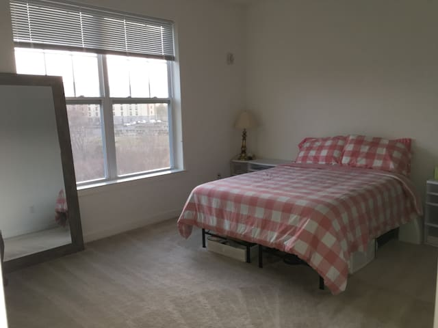 Private bedroom & full bath in luxury apartment - Neptune City - 公寓
